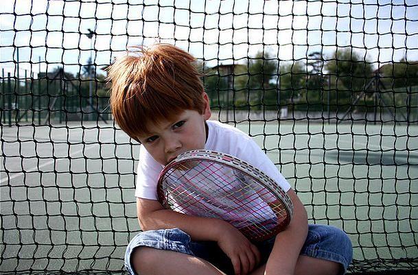 Dziecko na treningu tenisa
