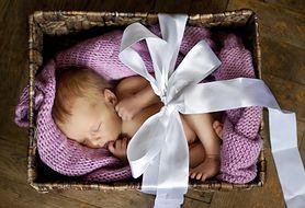 """Baby box, czyli """"becikowe"""" w fińskim wydaniu. Co znajduje się w niezbędniku?"""