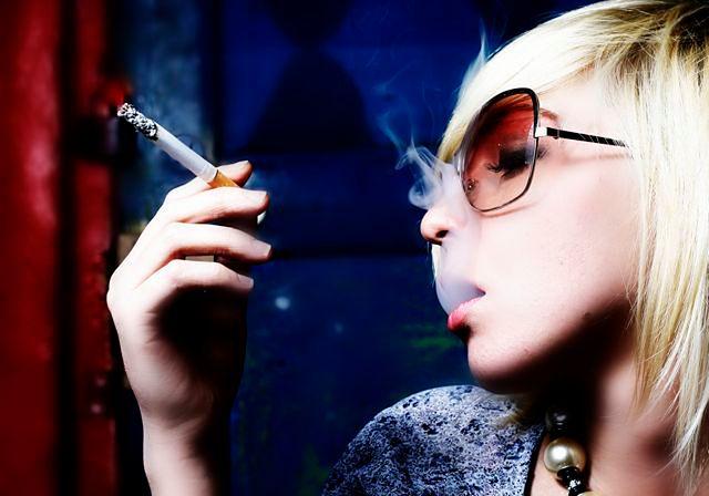 Nastolatka z papierosem