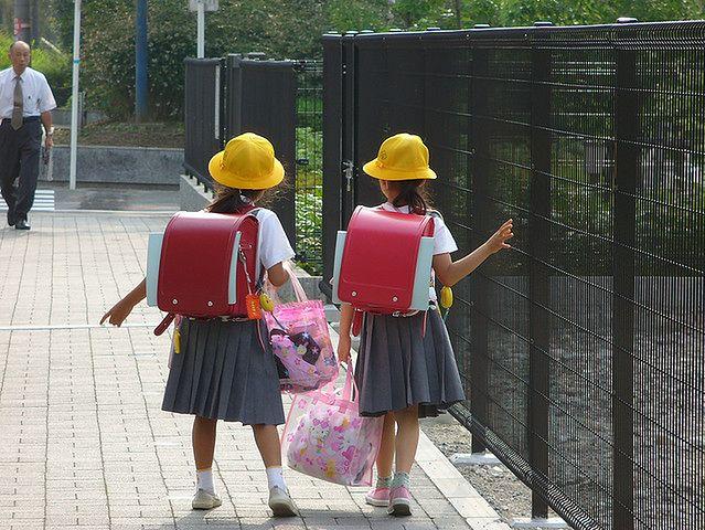 Dziewczynki w drodze do szkoły