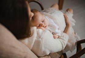 Smoczek i bujanie, aby zasnąć? Poznaj popularne mity na temat snu dziecka