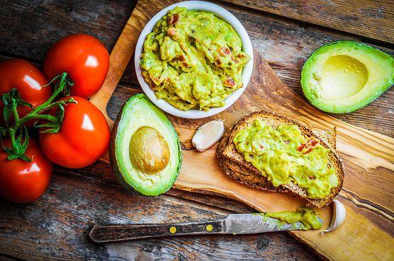 Poznaj guacamole - meksykański dip na bazie zdrowego awokado z czosnkiem, chili, sokiem z limonki i aromatyczną kolendrą. To idealna propozycja na wieczorną przekąskę