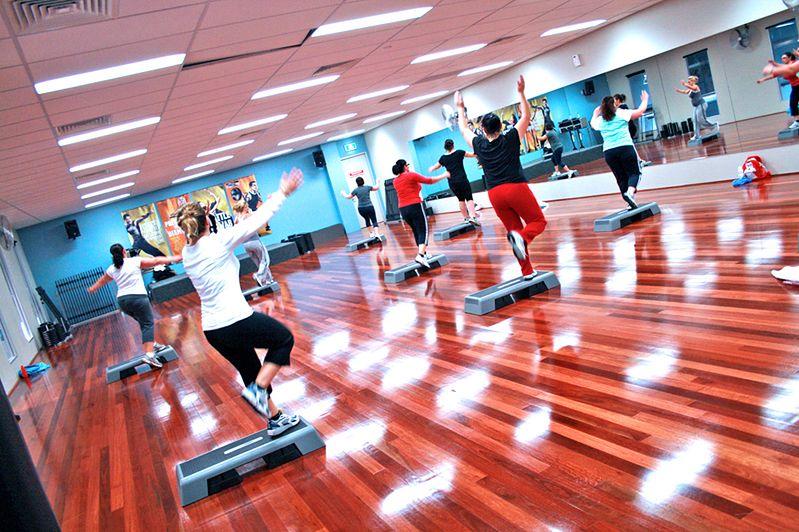Kobiety w czasie zajęć fitness na stepie