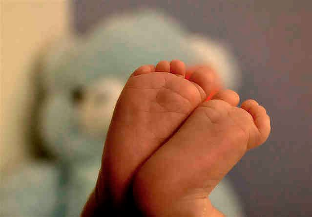 Małe stópki noworodka