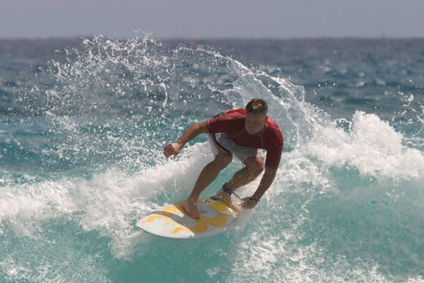 Surfujący mężczyzna