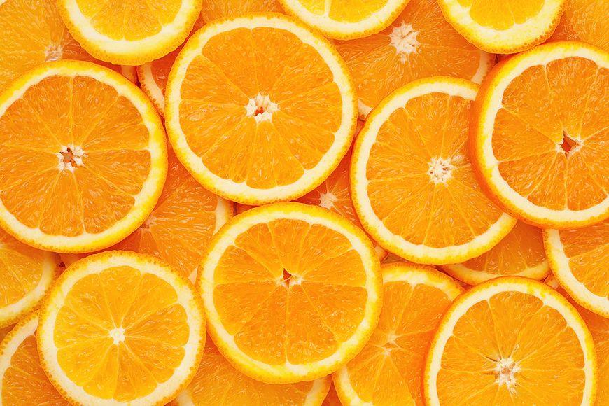 Jedzenie kolorowych owoców