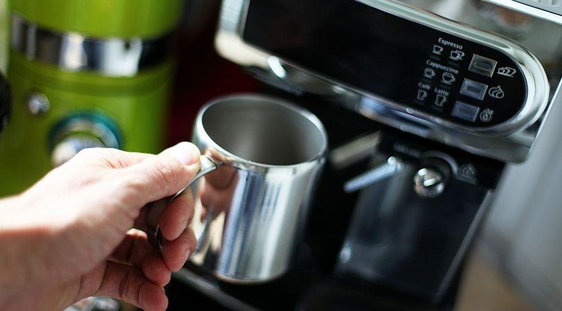 Tabletka do protez poradzi sobie także z oczyszczeniem ekspresu do kawy