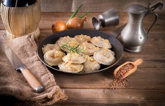 Tradycyjne pierogi to często dosyć ciężki posiłek - zawsze możesz jednak wypróbować ich wegańską wersję