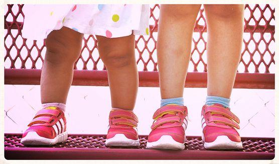 Co może stanowić przyczynę bólu nóg u dzieci? Sprawdź, w jaki sposób pomóc maluchowi i kiedy konieczna może być wizyta u chirurga lub ortopedy