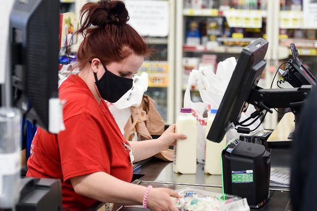 Pandemia negatywnie wpłynęła na pracę kasjerek w sklepach spożywczych