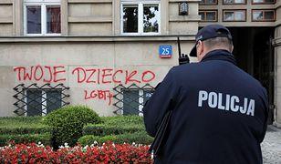 Warszawa. Napis na budynku MEN. Jedna osoba zatrzymana