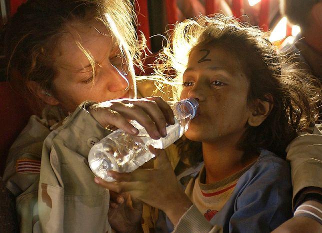 """""""Teraz piję tylko dwa razy w tygodniu"""". Uchodźczynie cierpią w milczeniu"""