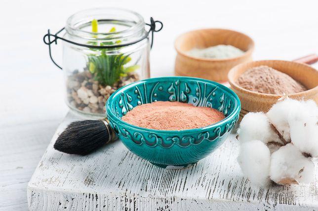 Czerwona glinka marokańska to jedna z wielu odmian tej substancji