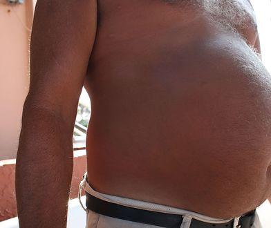 Mężczyzna z nagim torsem (i brzuchem) w mieście jest przeciwieństwem Yeti - każdy go widział
