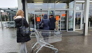 Lidl w Szczecinie. Ochrona na bieżąco reguluje liczbę kupujących
