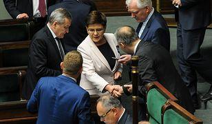 Polacy nie są przekonani, czy ministrowie poprzedniego rządu naprawdę zasłużyli sobie na tak wysokie nagrody