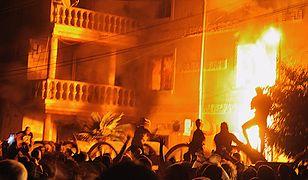 Tłum podpalił domy i samochody romskiego przywódcy