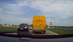 Przekazanie przesyłki na środku drogi. Kurier DHL zaskoczył kierowców