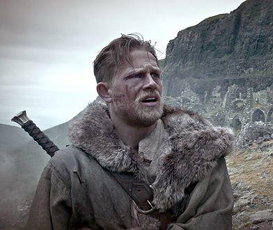 """""""Król Artur: Legenda miecza"""" był niewypałem. Charlie Hunnam wskazał powód"""