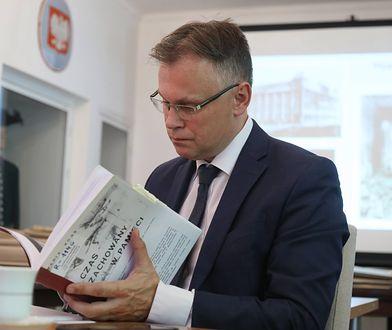 Arkadiusz Mularczyk jest przewodniczącym Parlamentarnego Zespołu ds. Oszacowania Wysokości Odszkodowań Należnych Polsce Od Niemiec Za Szkody Wyrządzone W Trakcie II Wojny Światowej