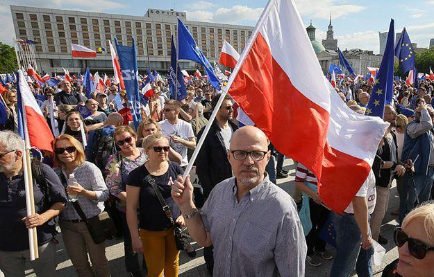 """Uczestnicy marszu """"Jesteśmy i będziemy w Europie"""" na pl. Piłsudskiego, 7 maja"""
