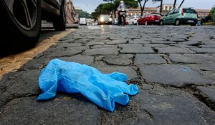 Rękawiczki na ulicach Neapolu leżą praktycznie wszędzie
