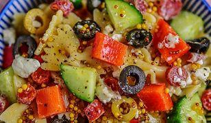 Sałatka z salami i oliwkami