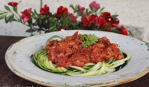 Spaghetti cukiniowe z sosem pomidorowo-soczewicowym