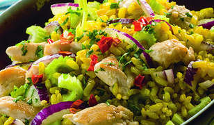 Doskonałe źródło białka i antyoksydantów. Sałatka z ryżem, indykiem i selerem naciowym