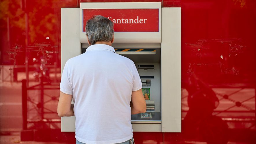 Santander miał błąd pozwalający wypłacić z bankomatu więcej niż było na koncie
