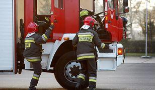 Strażacy ruszają do akcji gaszenia pożaru