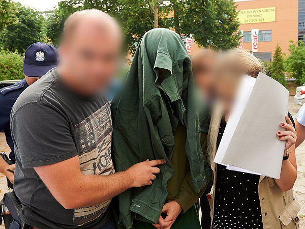 Sprawca staranowania ludzi na sopockim deptaku doprowadzany do Prokuratury Rejonowej w Sopocie z siedzibą w Gdańsku
