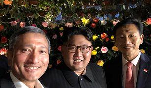 Minister Balakrishnan (pierwszy z lewej) zrobił sobie zdjęcie z Kim Dzong Unem