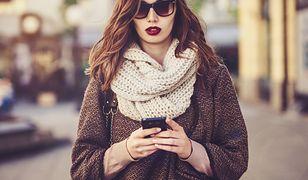 Pod płaszcz ze skróconymi rękawami możemy włożyć na przykład sweter w cielistym kolorze