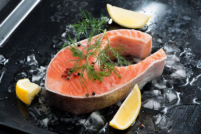 Mięso łososia jest bogatym źródłem fenyloalaniny.