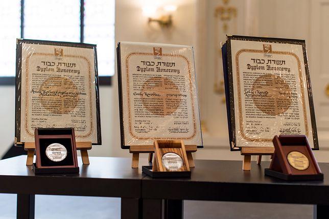 Uhonorowani dostają pamiątkowy medal i dyplom honorowy z nazwiskiem