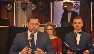 Posłowie regularnie zaczęli pojawiać się na studniówkach. Na zdjęciu Piotr Olszówka z PiS.