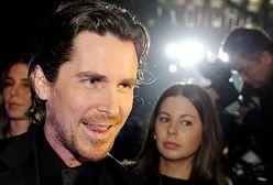 Christian Bale tłumaczy się z głosu Batmana