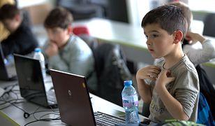Dzieci korzystające z internetu. Możliwości i zagrożenia