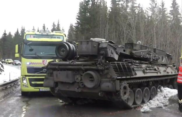 Zderzenie samochodu z czołgiem na wiejskiej drodze. Kierowca nie przeżył
