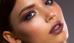 Stosowanie rozświetlacza pozwala podkreślić wybrane partie twarzy