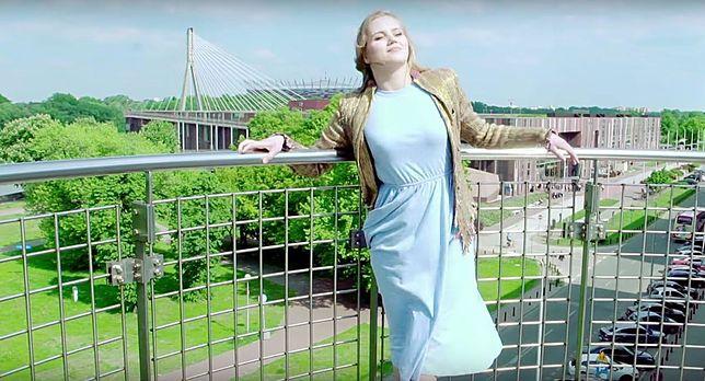 Serialowa Bożenka promuje Warszawę… jako Alicja w Krainie Czarów? [WIDEO]