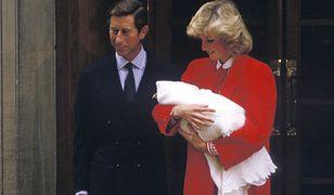 Księżna Diana wychodzi ze szpitala z księciem Harrym na rękach