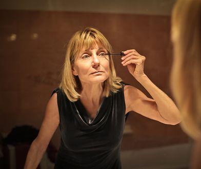 Makijaż na bal dla dojrzałych kobiet - jak malować się po 40. roku życia?