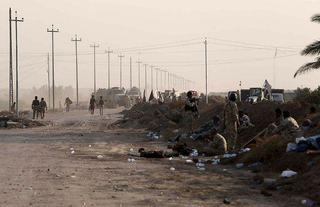 Irackie drogi stały się jeszcze niebezpieczniejsze przez ofensywę Państwa Islamskiego. Na zdjęciu: wojsko odpoczywa po starciach z dżihadystami; droga na południe od Bagdadu