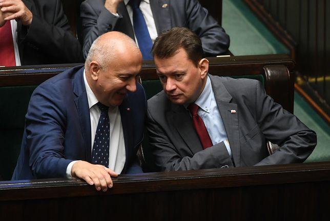 Obecny szef MSWiA Joachim Brudziński i jego poprzednik Mariusz Błaszczak w Sejmie.