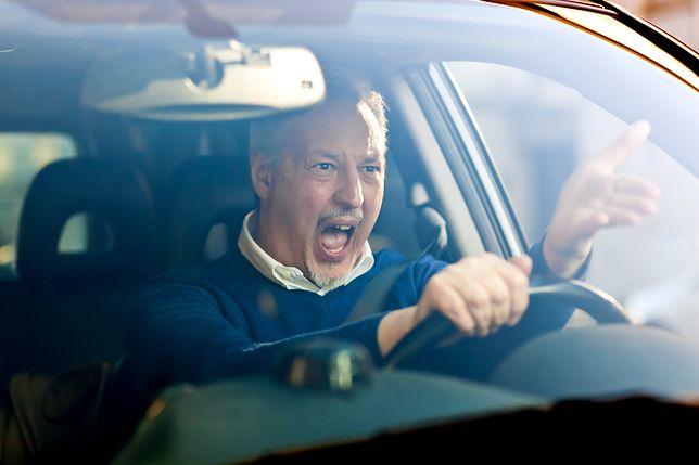"""""""Road rage"""" po polsku. Kierowca zwrócił uwagę drugiemu, ten dotkliwie go pobił"""
