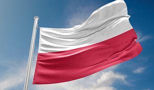 Dolna część Polskiej flagi ma bardziej przypominać odcień karmazynowi