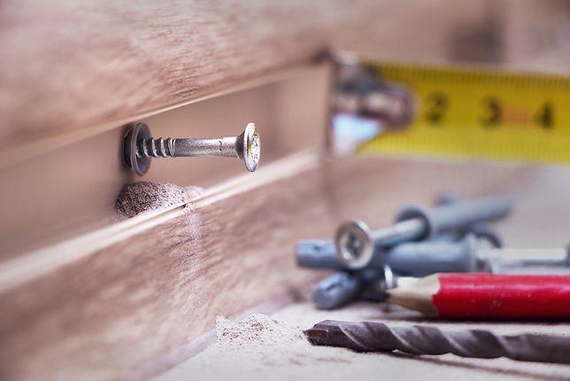 Kiedy trzeba połączyć szczelinę między ścianą a podłogą, ale wizja listwy przypodłogowej psuje całą koncepcję, warto poszukać innych pomysłów