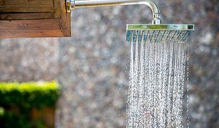 Deszczownica daje delikatny strumień wody